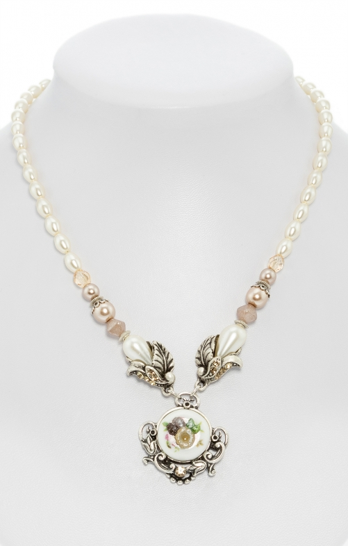 Pearl necklace with flower pendant taupe
