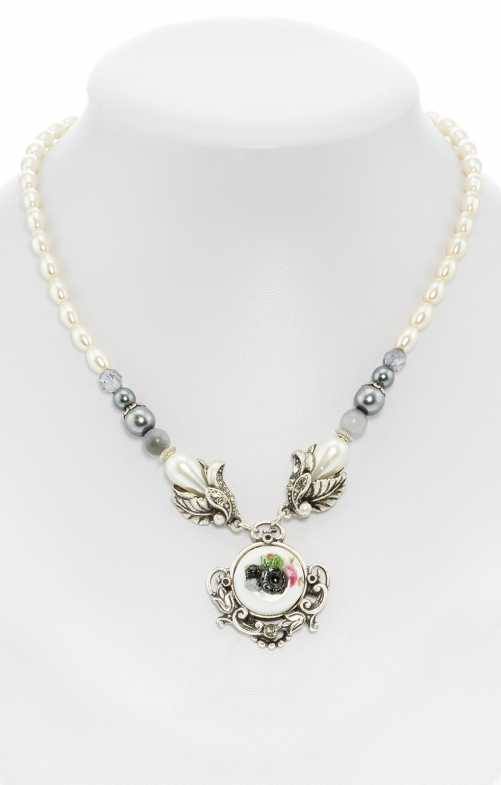 Pearl necklace with flower pendant gray